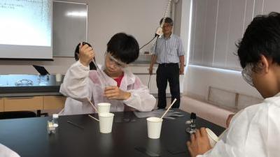 写真2:気分は化学者!