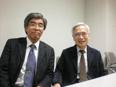時任宣博新編集委員長(左)と入江正浩前編集委員長(右)